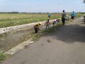 Membersihkan Sungai di Desa Bojongnangka